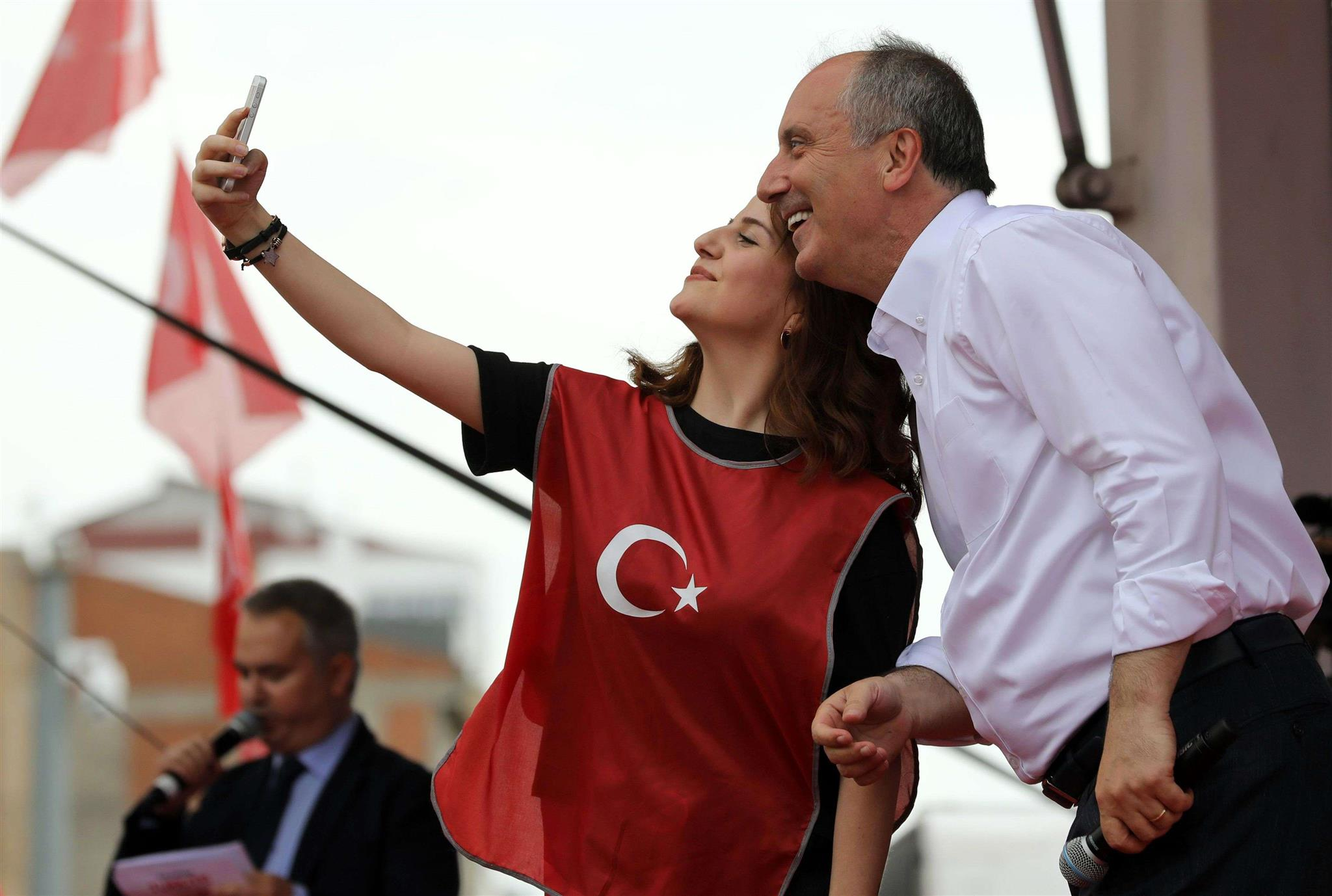 Turkey's CHP Presidential candidate Muharrem Ince (R) poses for a selfie during a campaign rally in Corum, on May 17. (AFP)