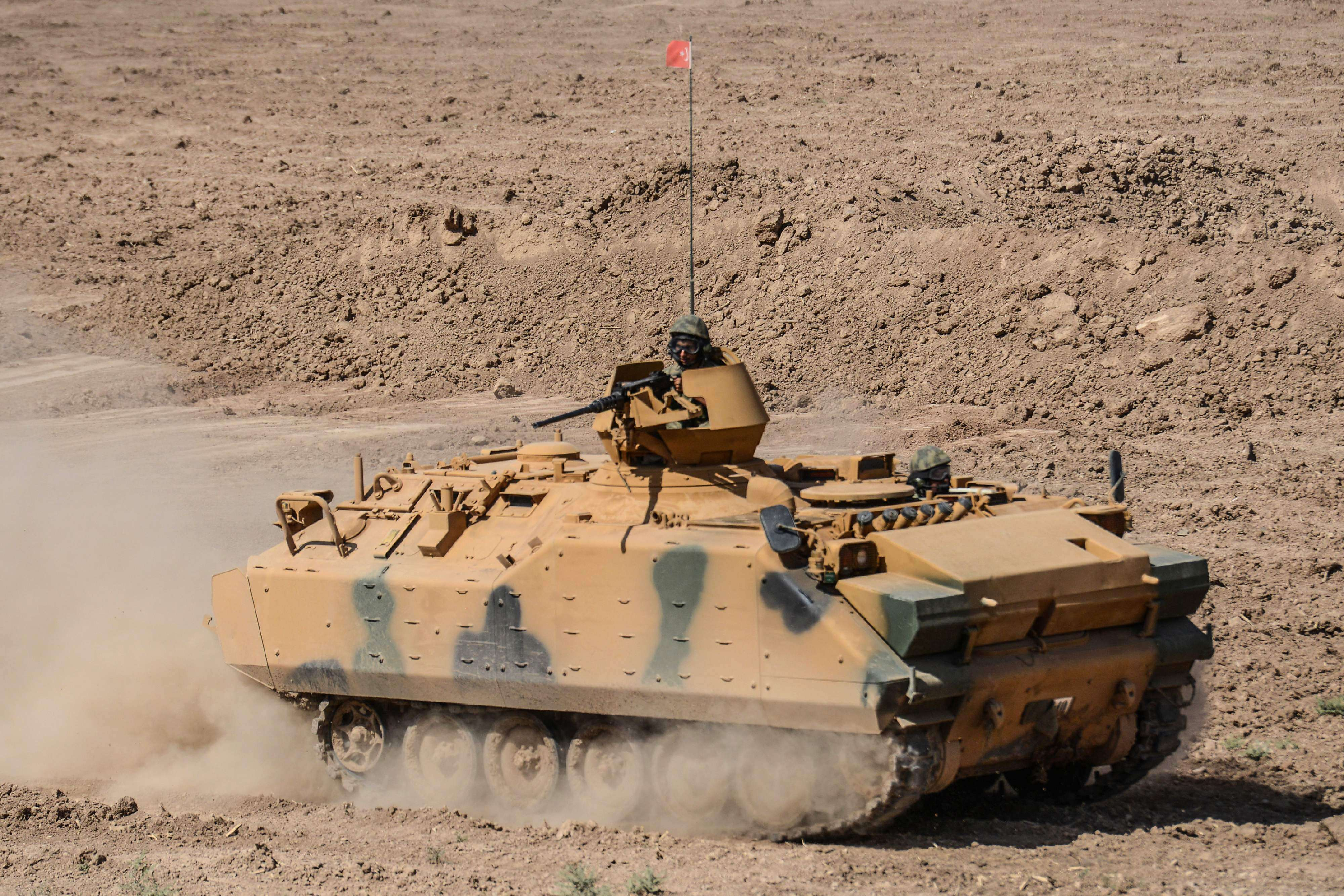 Turkish soldiers conduct military exercises near the Habur crossing gate between Turkey and Iraq, last September. (AFP)