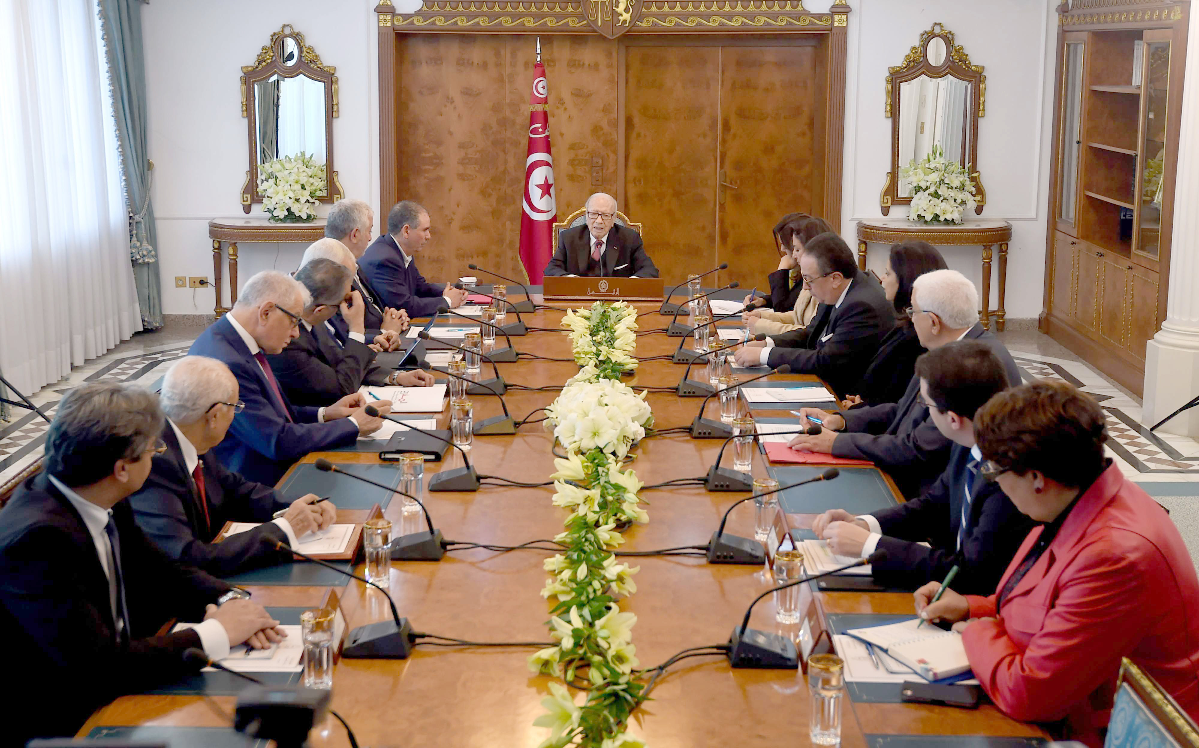 Gathering clouds. Tunisian President Beji Caid Essebsi (C) attends a meeting with political parties, unions and employers, last January 13. (AFP)