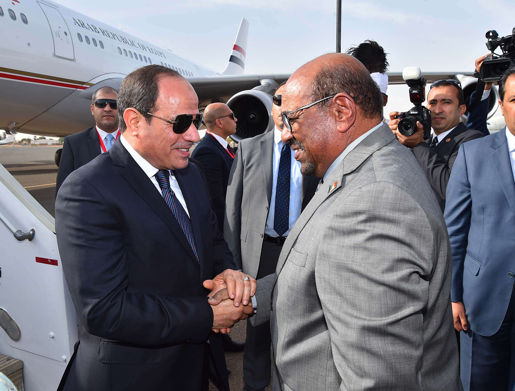Sudanese President Omar al-Bashir (R) greets Egyptian President Abdel Fattah  al-Sisi in Khartoum, on July 19. (Egyptian Presidency)