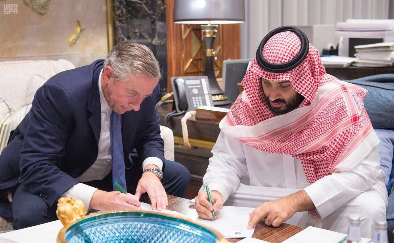 Saudi Crown Prince Mohammed bin Salman bin Abdulaziz (R) and Klaus Kleinfeld sign documents in Riyadh. (SPA)