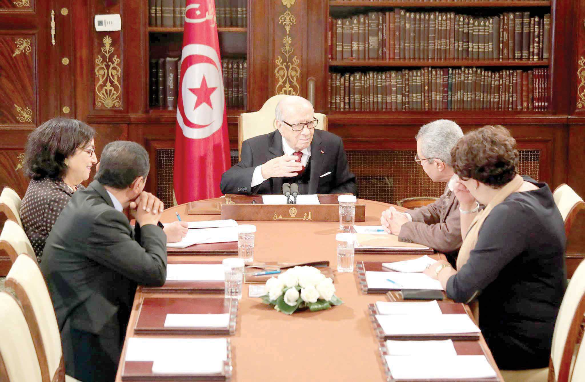 Tunisian President Beji Caid Essebsi (C) meets with a delegation from the Individual Freedoms and Equality Commission, headed by feminist lawyer and parliament member Bochra Belhaj Hmida (L), at the Presidential Palace in Carthage. (Tunisian Presidency)