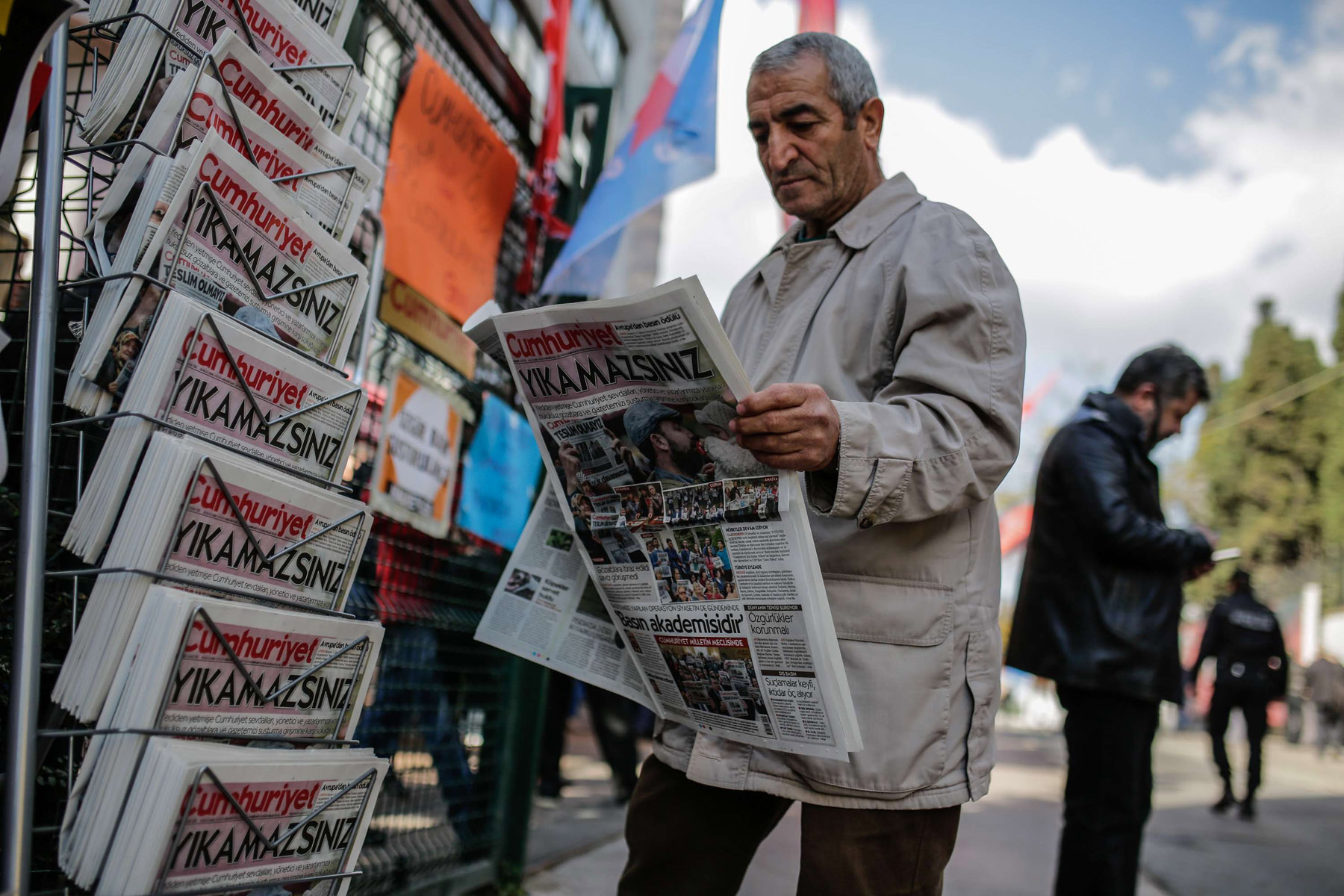A man reads a copy of the Turkish daily newspaper Cumhuriyet in Istanbul. AFP)