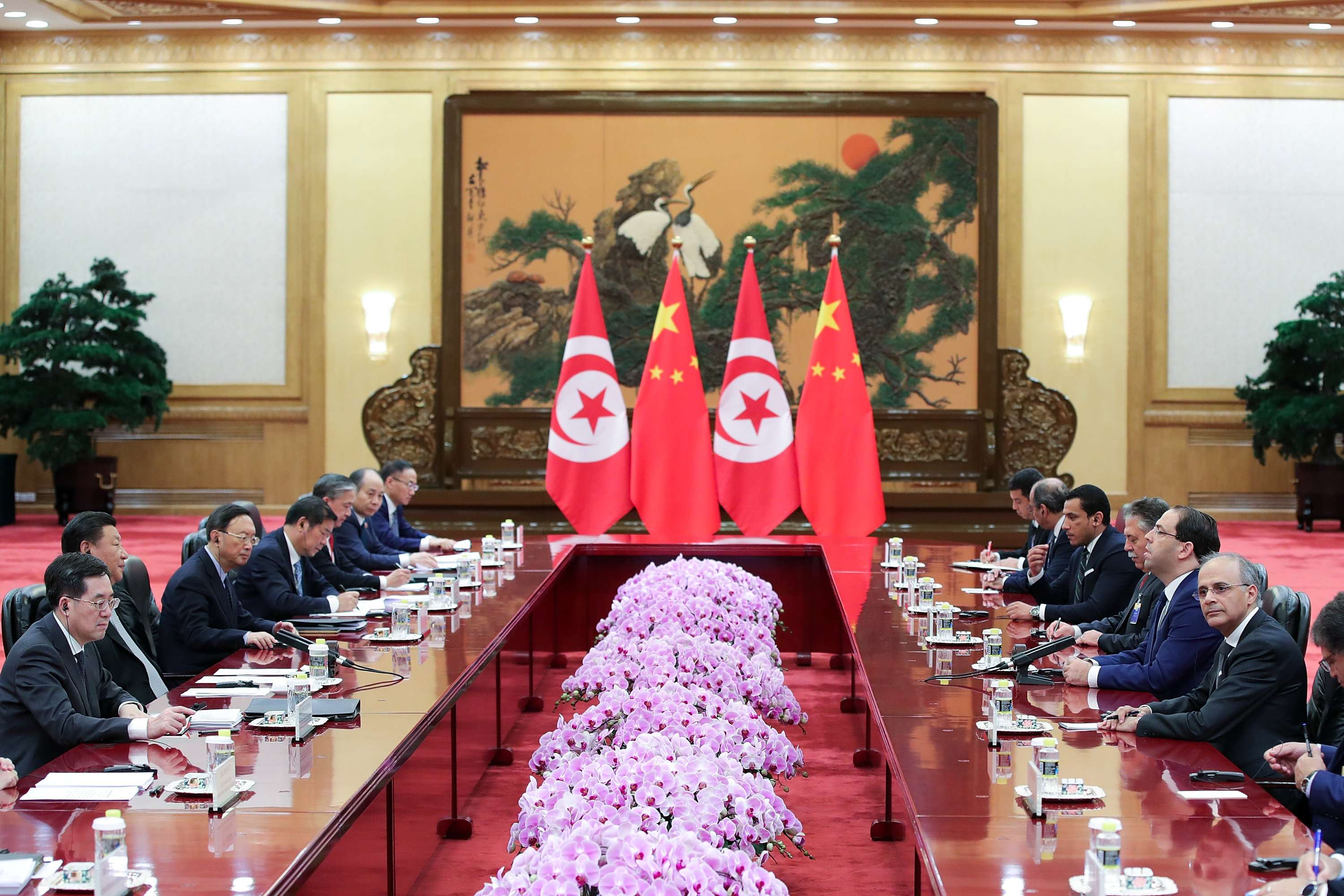 Boosting cooperation. Delegation led by Tunisian Prime Minister Youssef Chahed (R) talks with Chinese delegation led by President Xi Jinping in Beijing, on September 5. (Reuters)