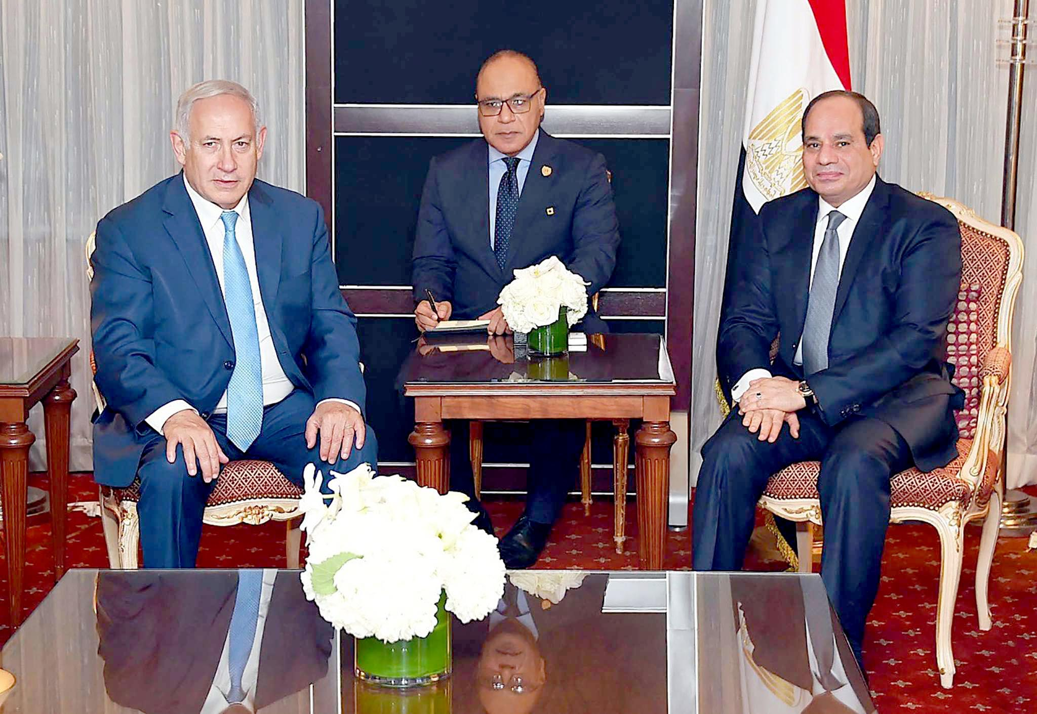 Egyptian President Abdel Fattah al-Sisi (R) meets with Israeli Prime Minister Binyamin Netanyahu (L) at the UN General Assembly, on September 27. (AFP)