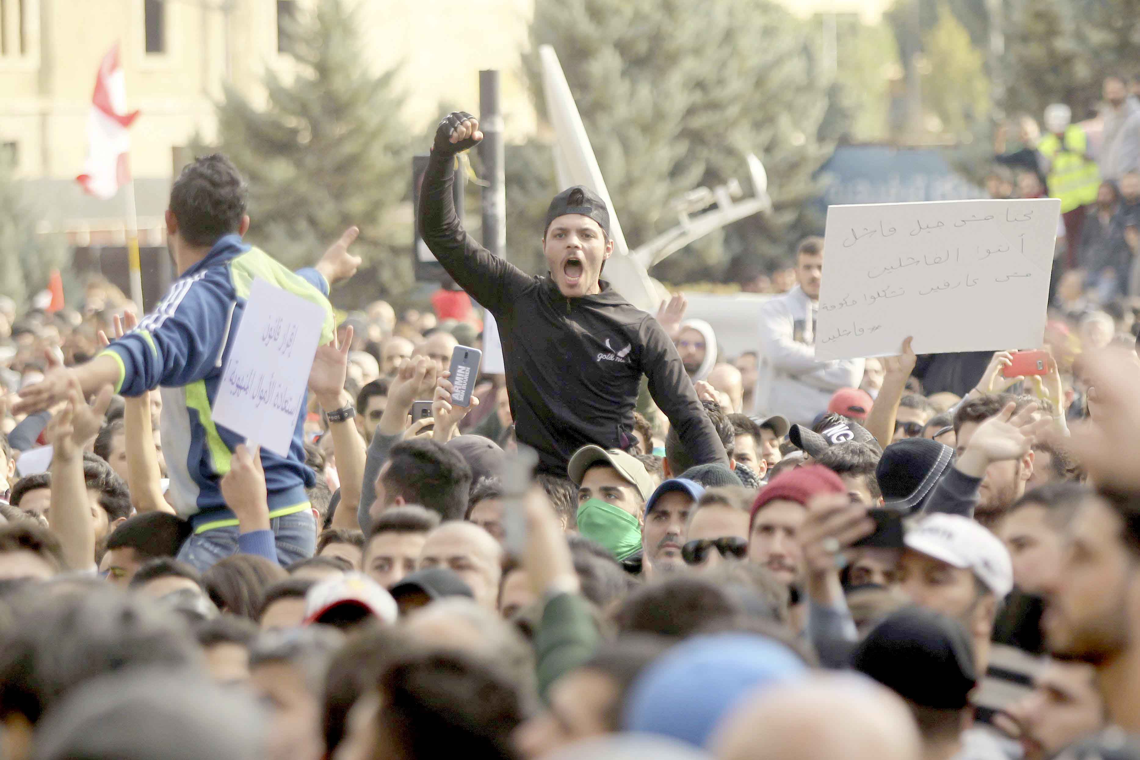 A Lebanese man shouts slogans during a protest against the months-long failure of rival political factions to agree on forming a new government, December 23. (dpa)