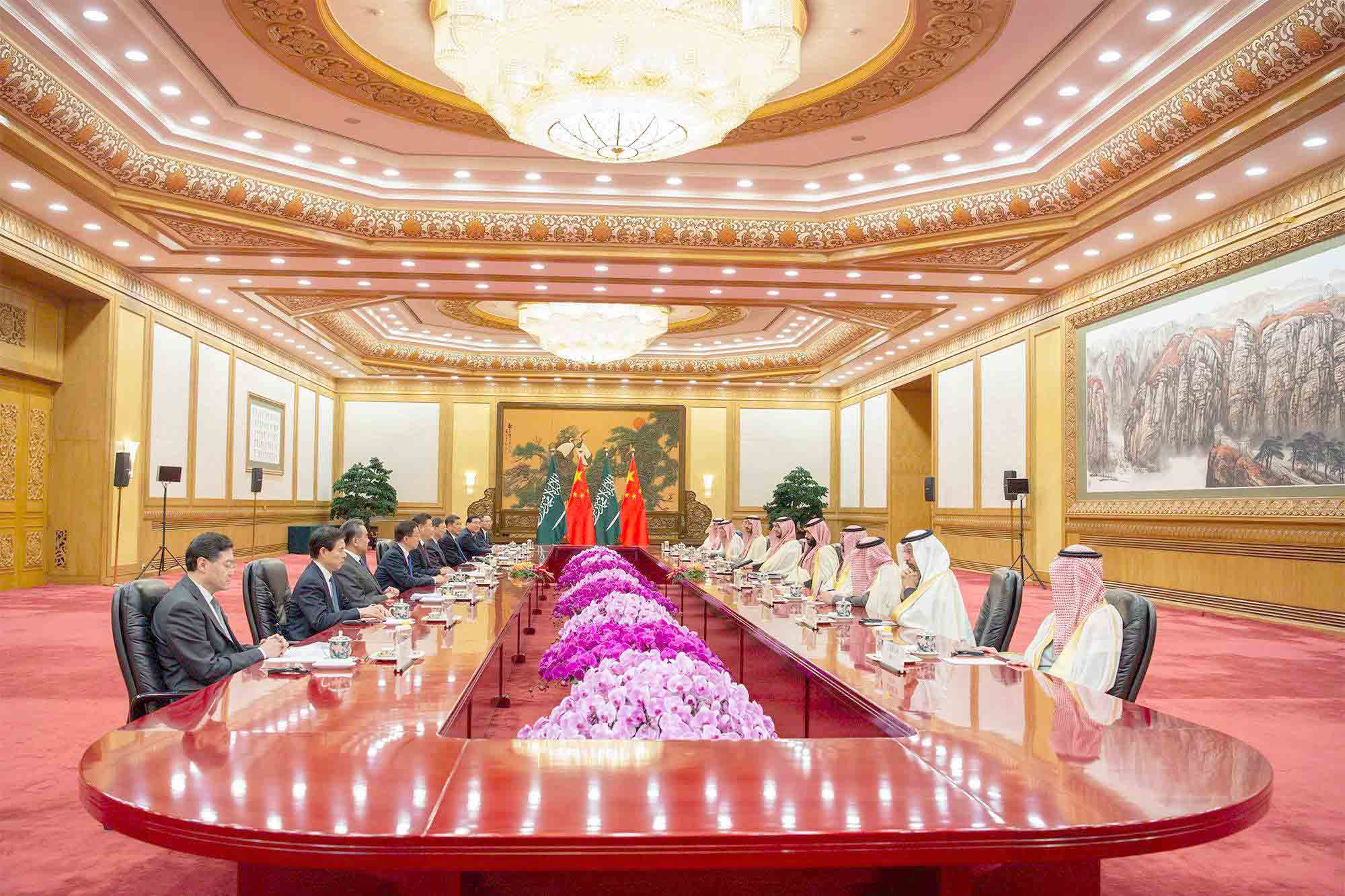 Saudi Crown Prince Mohammed bin Salman bin Abdulaziz (5-R) meets with Chinese President Xi Jinping (5-L) at the Great Hall of the People in Beijing, February 22. (SPA)