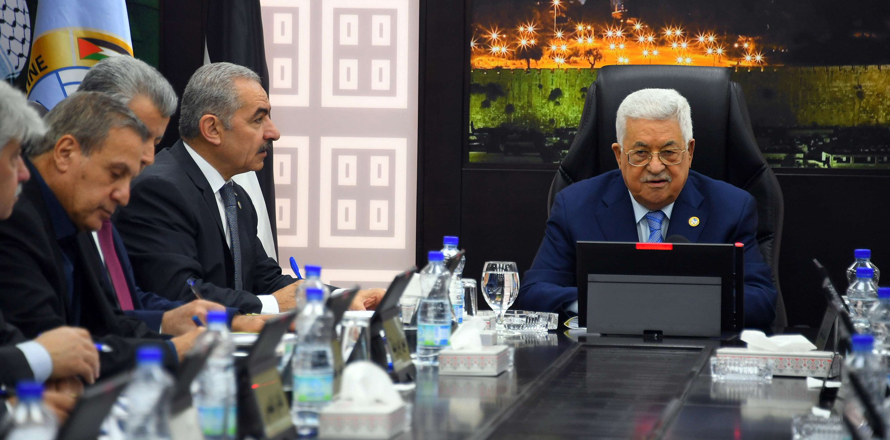 Palestinian President Mahmoud Abbas (R) chairs a cabinet meeting in Ramallah, April 29. (DPA)