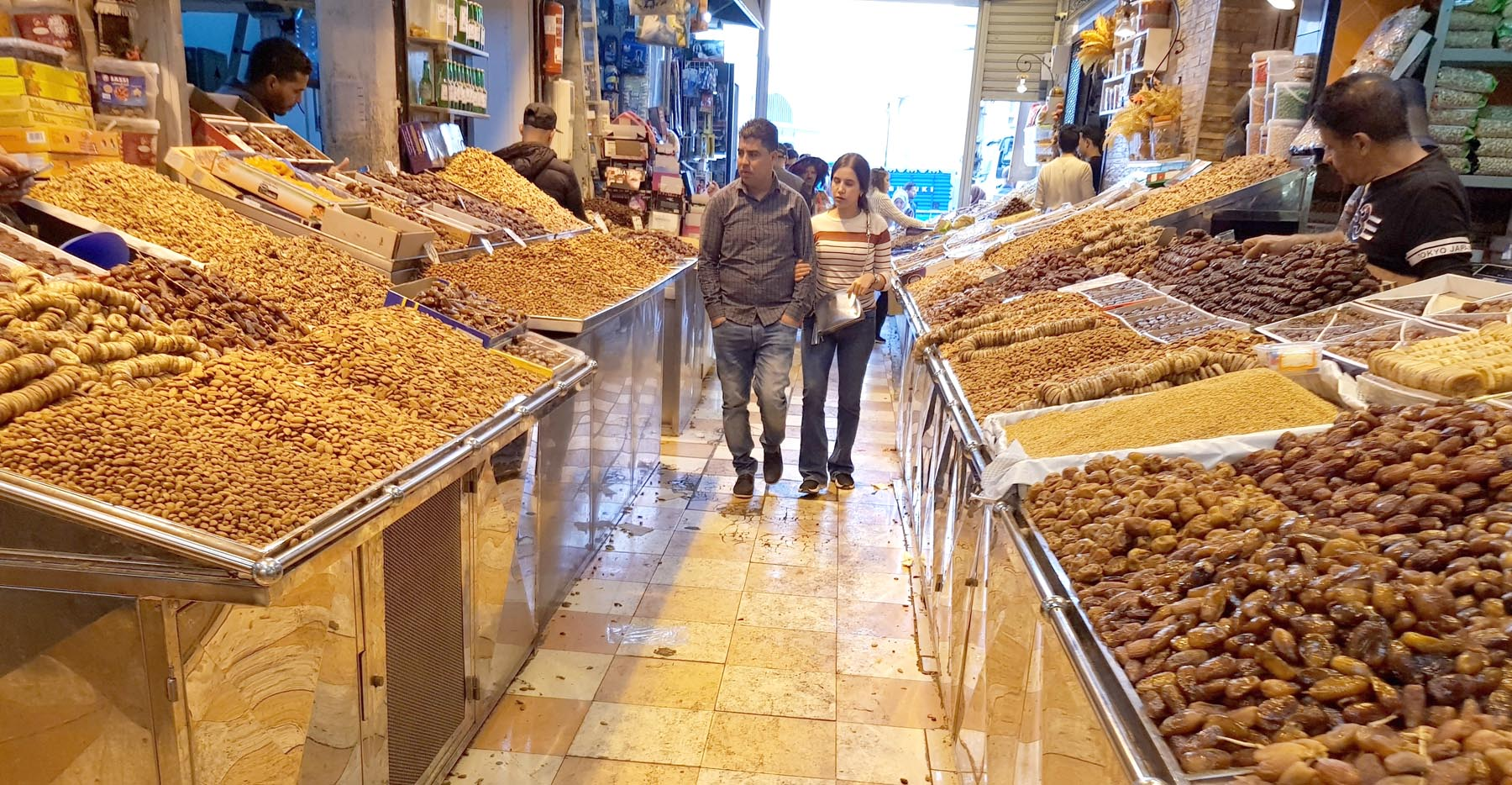 People tour the dry fruit market in Derb Omar. (Saad Guerraoui)