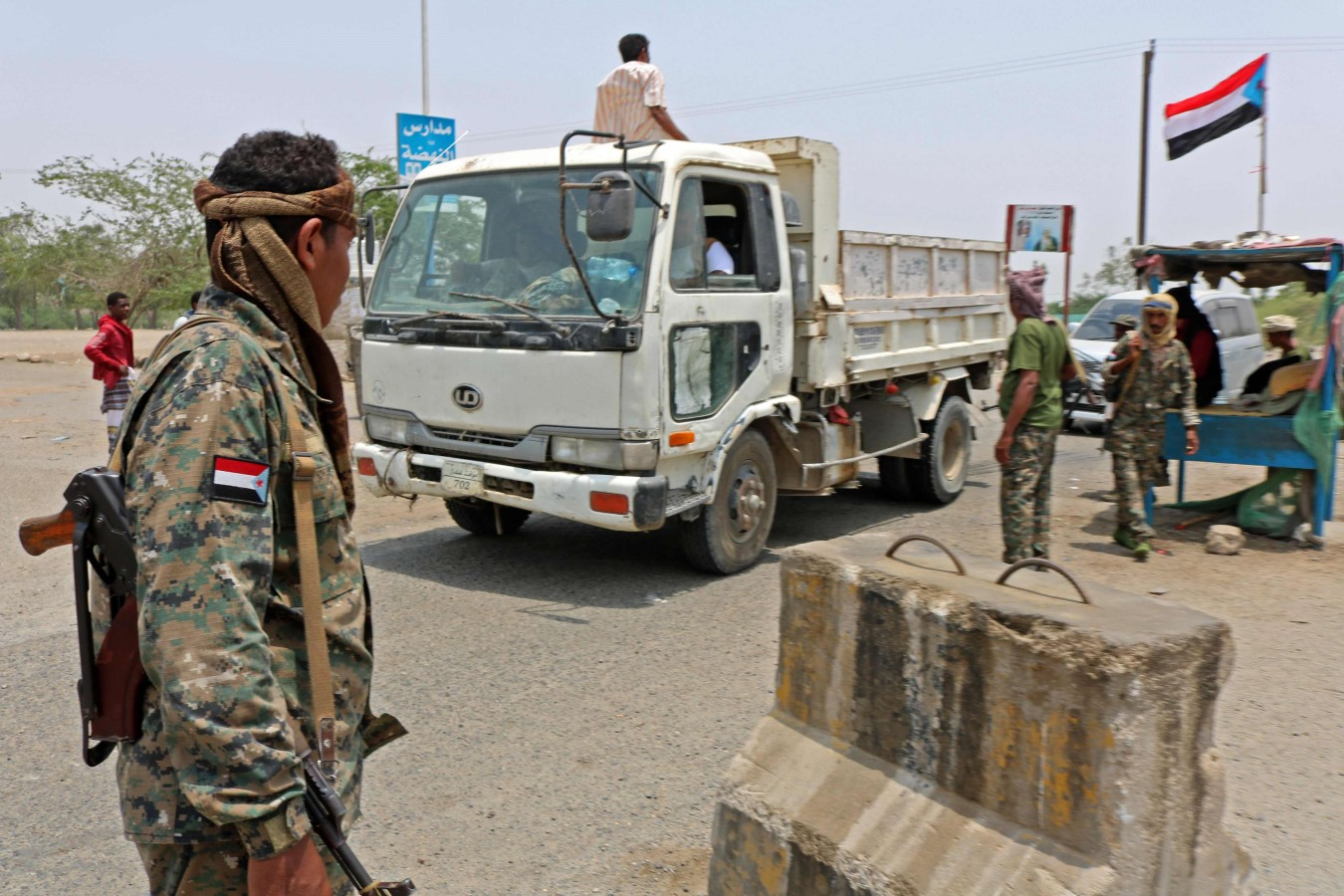Fighters with the UAE-trained Security Belt Forces loyal to the pro-independence Southern Transitional Council (STC) man a checkpoint near the south-central coastal city of Zinjibar in south-central Yemen, August 21, 2019. (AFP)
