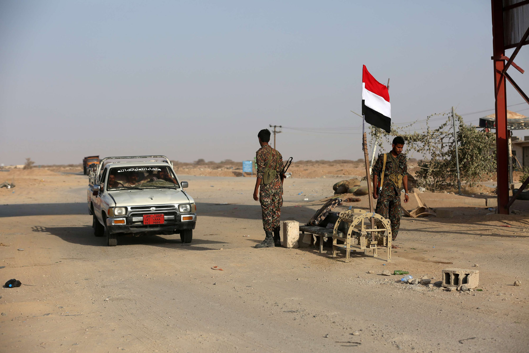 A pro-government Yemeni soldier mans a checkpoint in Ataq, Yemen, August 27. (Reuters)