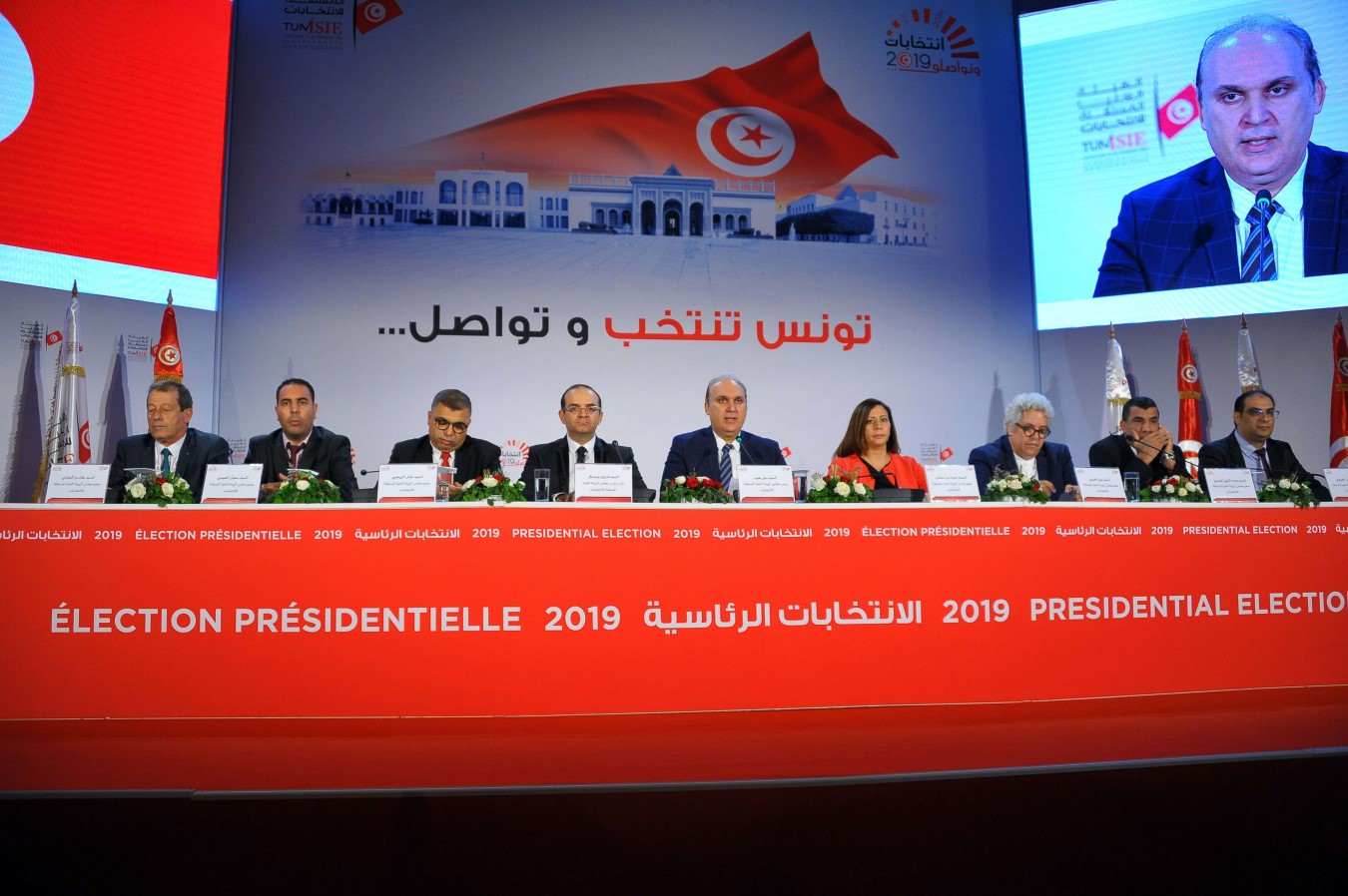 Nabil Baffoun (C), President of the Independent High Authority for Elections(ISIE), announces the official results of the presidential election, September 17. (dpa)