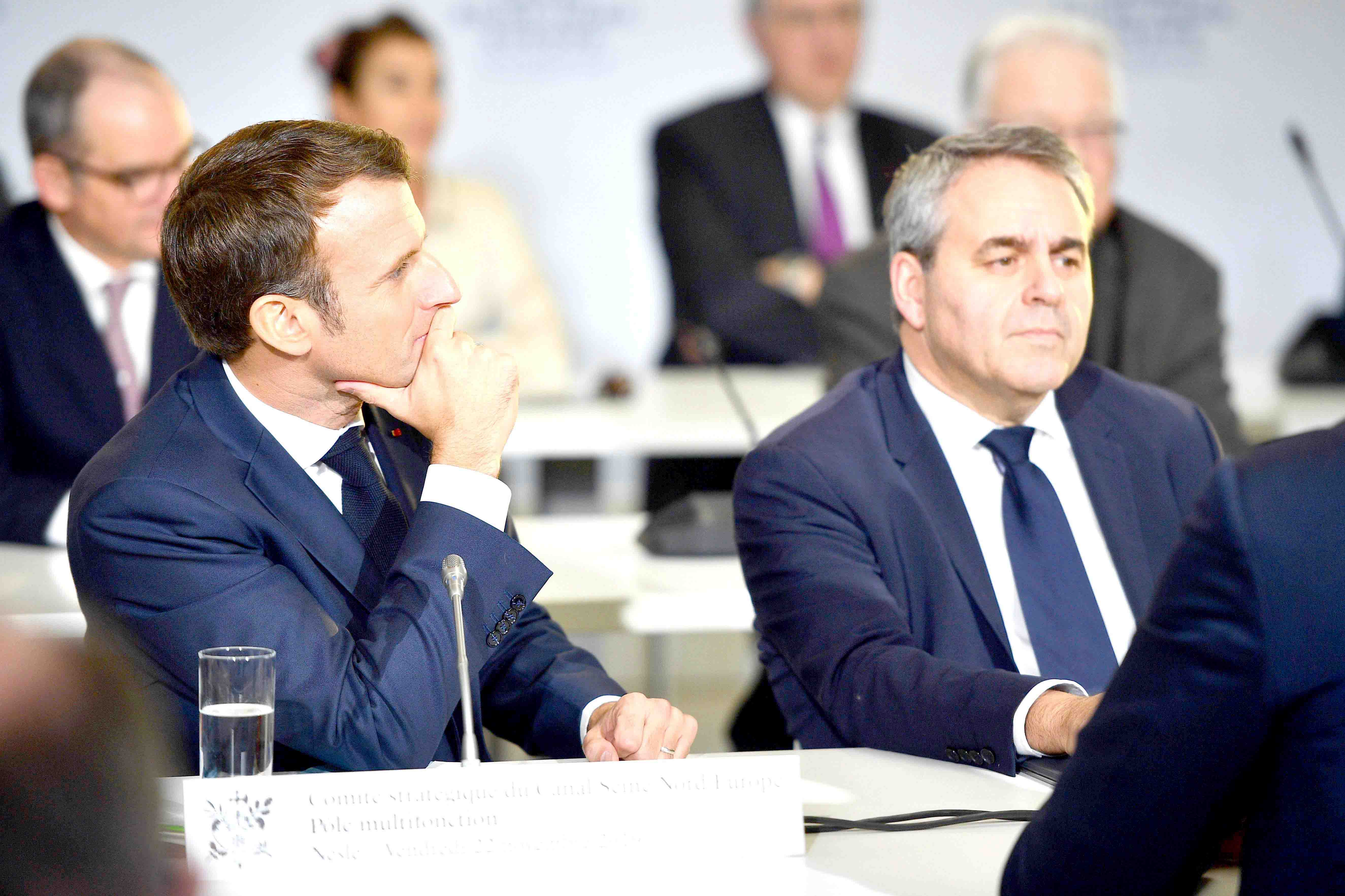 French President Emmanuel Macron (L) and President of the Hauts-de-France Regional Council Xavier Bertrand during a meeting of the Strategic Committee for the Seine-Nord Europe Canal in Nesle, northern France, November 22. (AFP)