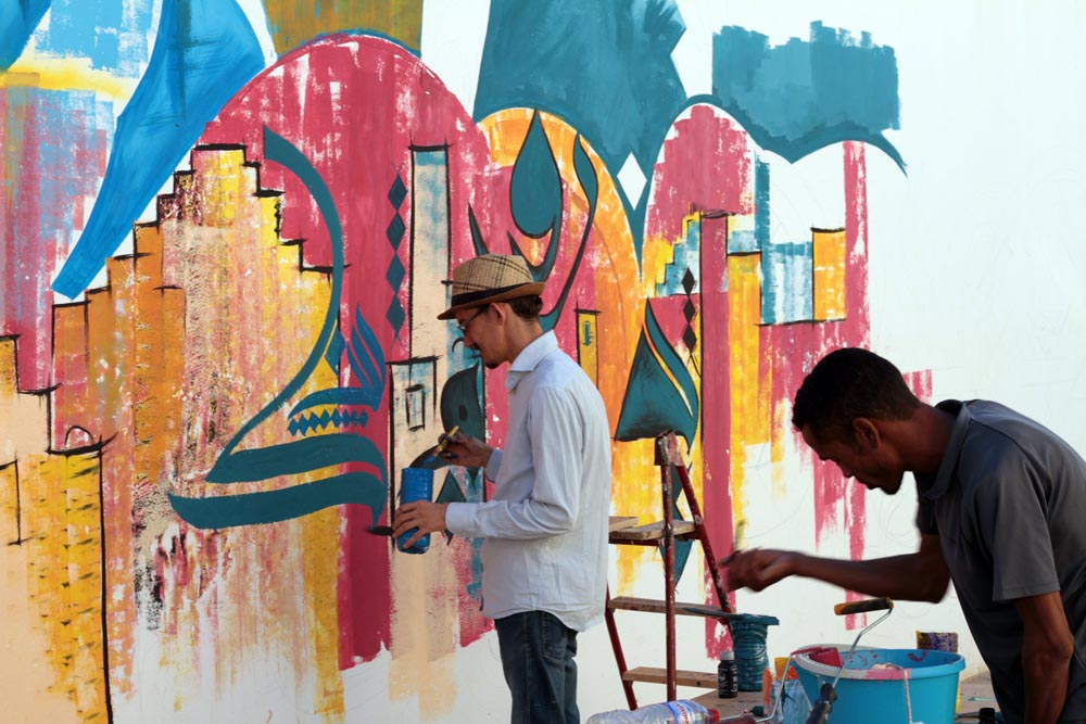 Lively scene. Artists paint a mural in Tataouine.         (JAAC)