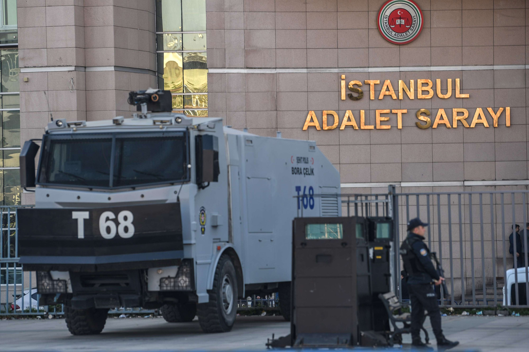 A Turkish police officer stands guard outside Istanbul's courthouse on March 26, 2019. (AFP)