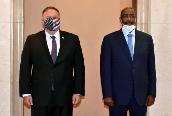 Sudanese Sovereign Council Chair General Abdel Fattah el-Burhan (R) receives US Secretary of State Mike Pompeo, last August. (AFP)