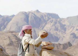 A local arranges rocks at Jebel Abul Hassan. (www.redseamountaintrail.org)