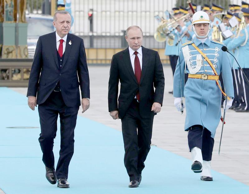War politics. Turkish President Recep Tayyip Erdogan (L) and Russian President Vladimir Putin review an honour guard in Moscow. (AFP)