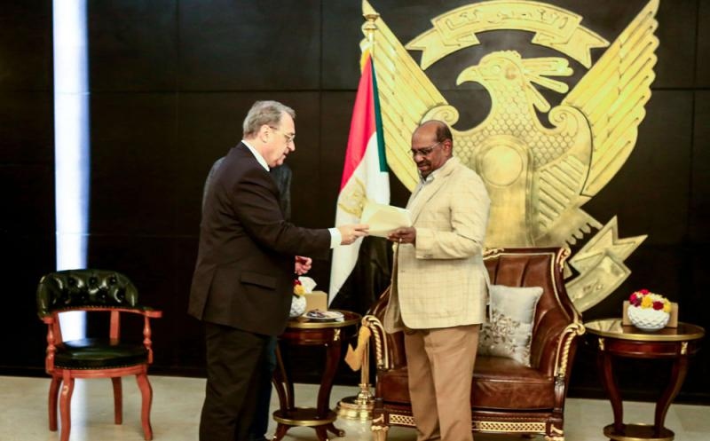 Sudanese President Omar al-Bashir (R) receives the visiting Russian Deputy Foreign Minister Mikhail Bogdanov in Khartoum, on March 16. (AFP)