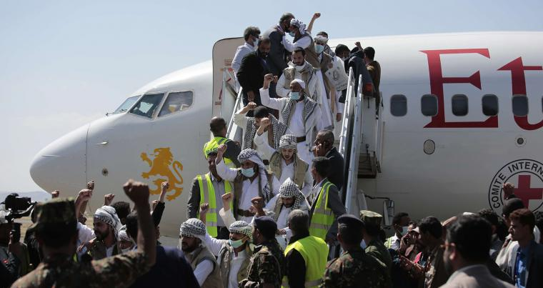 Yemeni prisoners arrive to Sana'a airport after being released by the Saudi-led coalition, Oct. 15. (AFP)