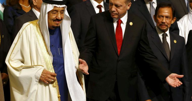Turkish President Tayyip Erdogan and King Salman of Saudi Arabia (L) attend the Organisation of Islamic Cooperation (OIC) Istanbul Summit, April 14, 2016. (REUTERS)